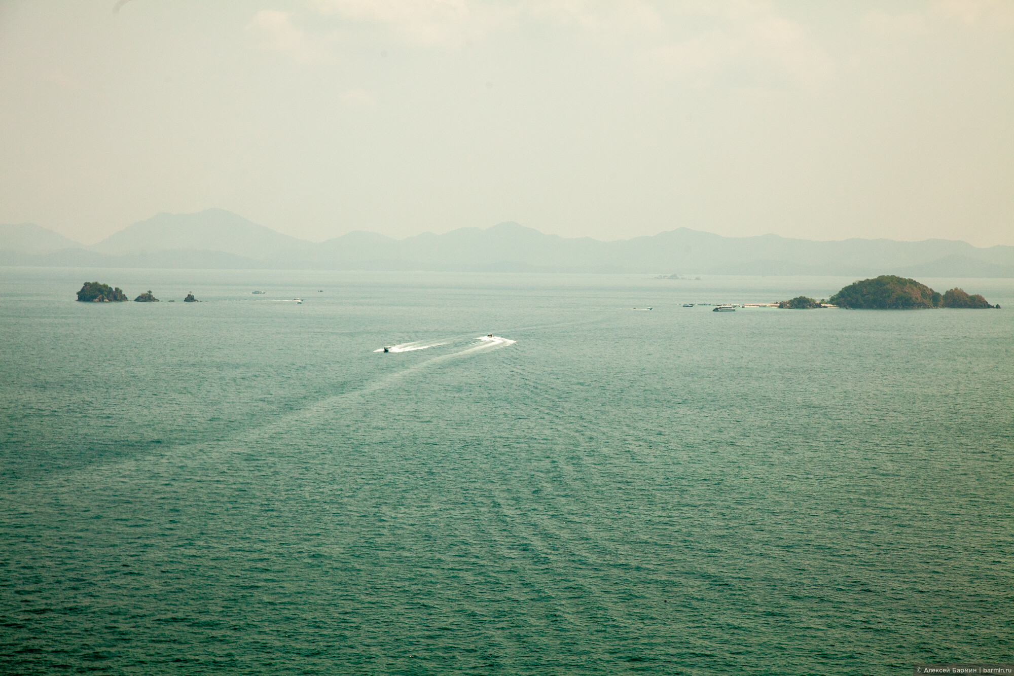 Спидботы гоняют туда-обратно, развозя туристов на популярные острова неподалеку от Пхукета, Полет на вертолете