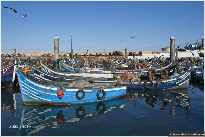 Синий цвет, конечно, в порту любого города Марокко - всегда доминирует...