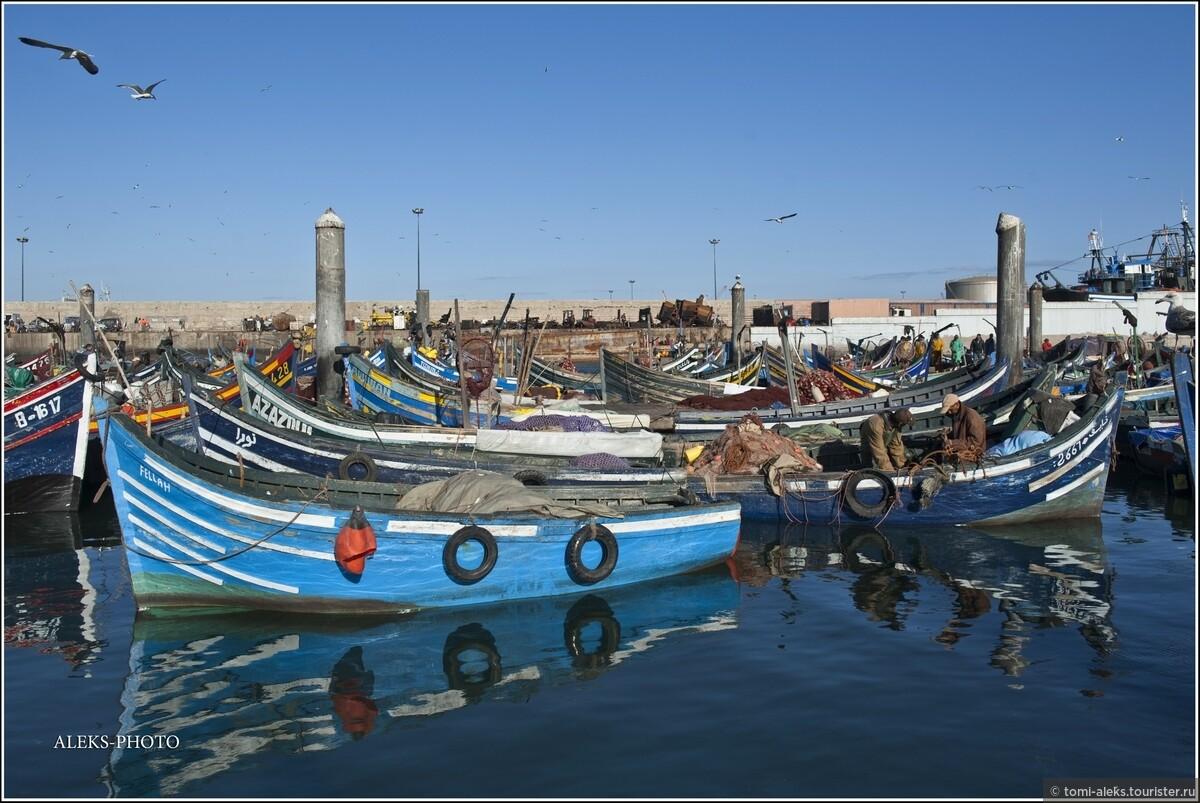 Синий цвет, конечно, в порту любого города Марокко - всегда доминирует..., 2. В океане синих лодок (Марокко)