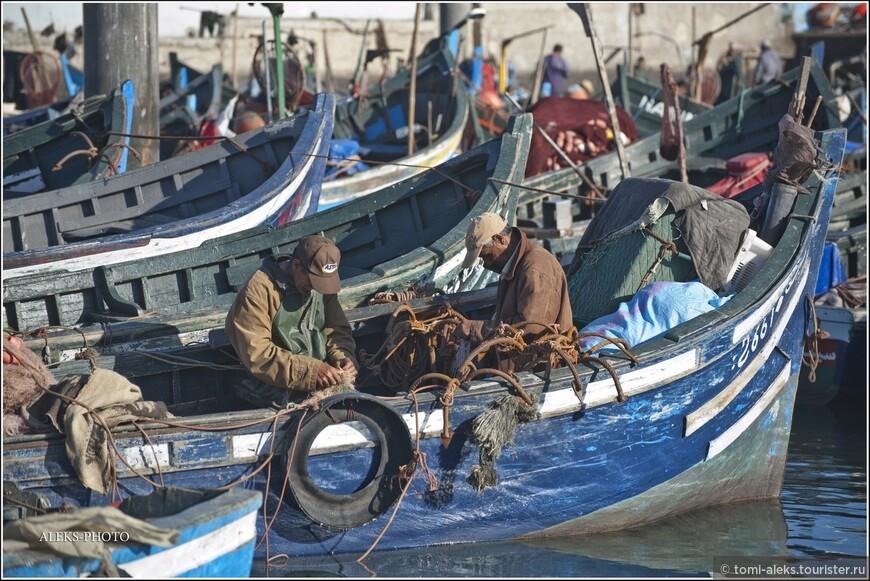 Кто-то из рыбаков прямо в лодке занимался починкой сетей... Телеобъективом всегда можно приблизить изображение, чтобы рассмотреть детали...