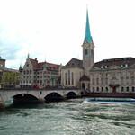 Церковь с зеленым шпилем и часами - это Фраумюнстер. Интересно, что ее витражи выполнены по эскизам Марка Шагала