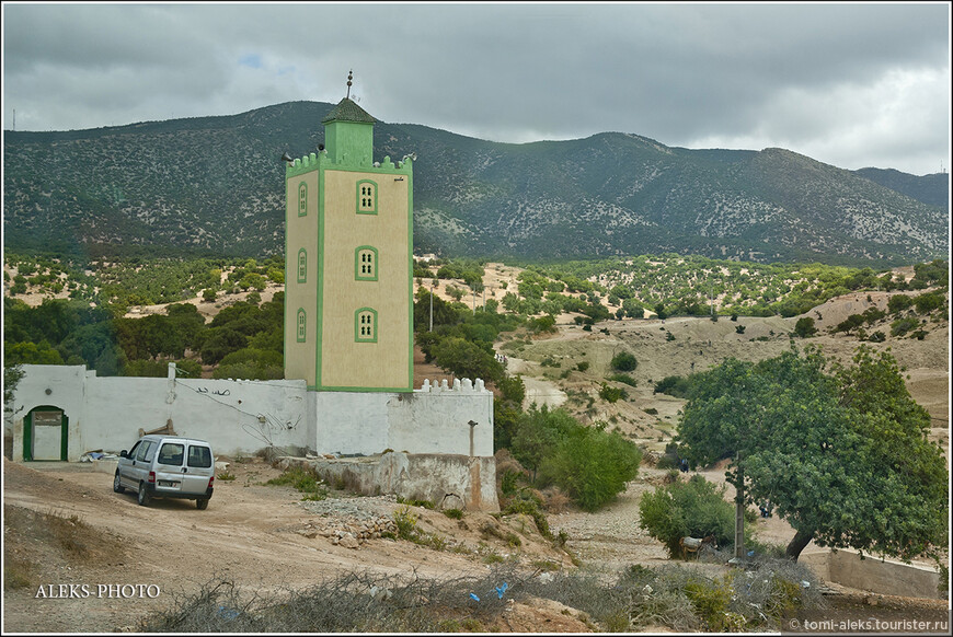 Повсюду небольшие мечети в марокканском стиле...