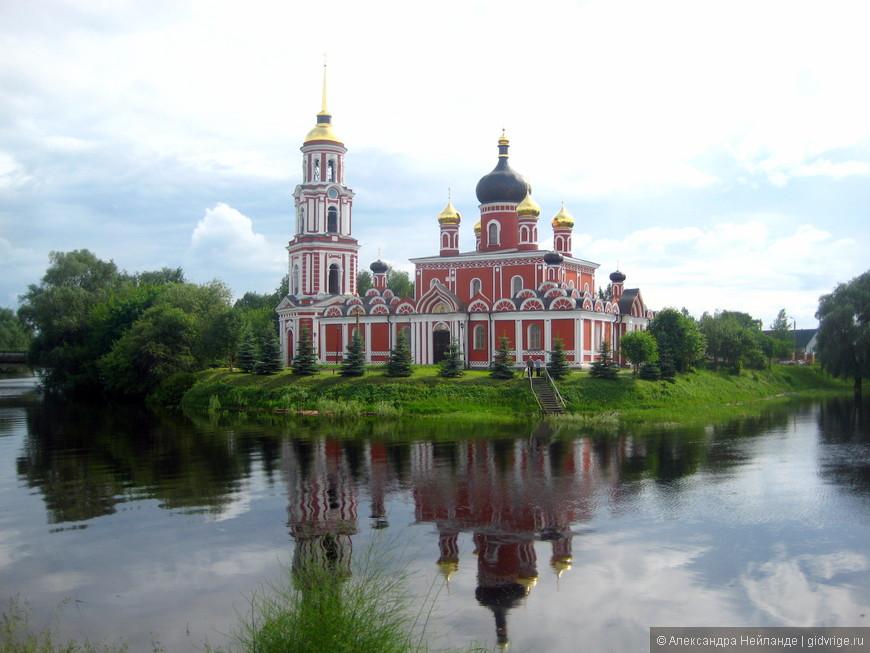 Воскресенский собор загляделся в речку Полисть (Старая Русса)
