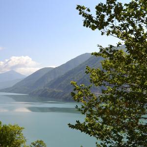 Жинвальское водохранилище, снято с военно-грузинской дороги. Оно обеспечивает столицу водой и электричеством. Плотина на Арагви была построена в 1985 году, ее высота превышает сто метров, ширина - четыреста метров. Объем воды в водохранилище составляет более полумиллиарда кубических метров.