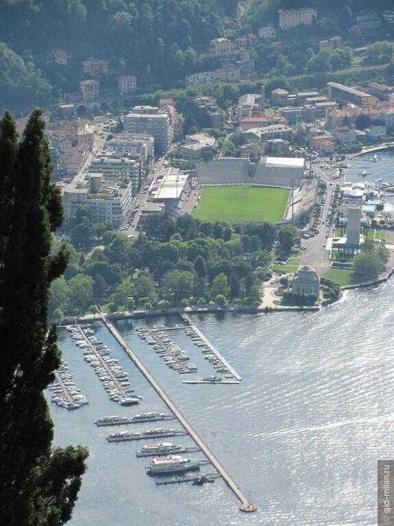 С трибун стадиона Комо можно не только наблюдать за игрой, но  наслаждаться водной гладью. Говорят, что такое можно найти ещё только в Венеции. Там стадион стоит на острове.