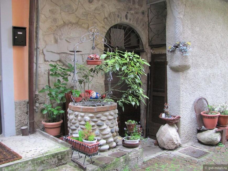 Гномиы охраняют этот старый двор.