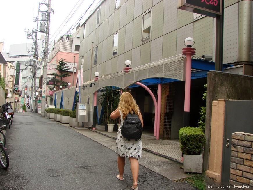 В любом городе Японии можно найти love hotel. Комнаты в нем сдаются по часам, либо на ночь. Как оказалось, в некоторых снять комнату на ночь получается порой дешевле, чем две кровати в хостеле. Чем мы и воспользовались в Токио