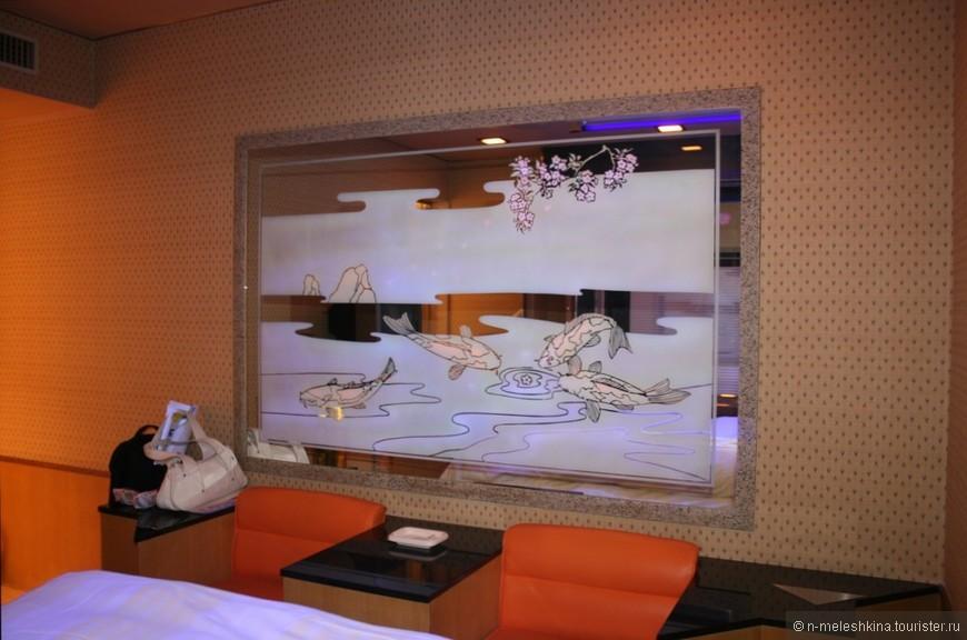 В рабу-хотэру можно найти номера, выполненные в стиле диско 80-х, тропического курорта, классической итальянской виллы, домика Санта Клауса или соломенной хижины отшельника, что позволяет гостям выбрать любой понравившейся вариант. Есть номера в «отелях любви», в которых прямо посреди комнаты находятся бассейны с подсветкой или большие кресла в форме автомобилей