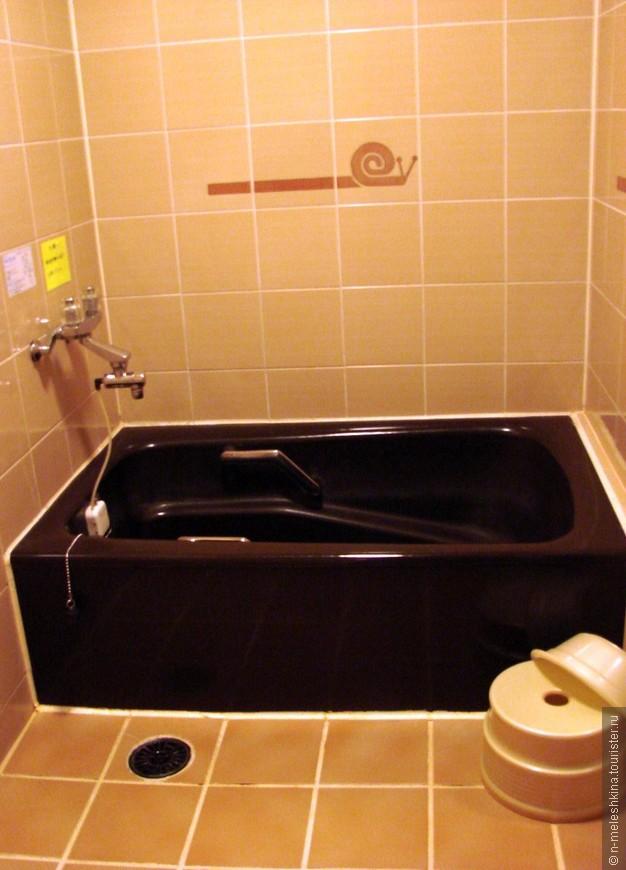 Пластмассовые тазики - вовсе не тазики. Это стульчики, на которых сидят, когда принимают душ. Да, да. В Японии  моются только сидя.
