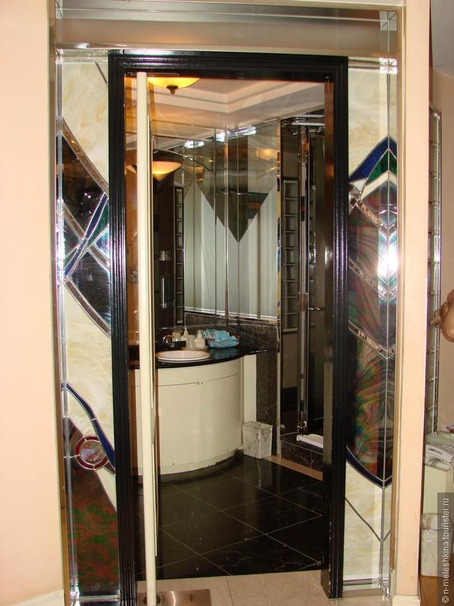 Вход в огромную ванную комнату был декорирован вот такими зеркалами  Кстати, ванная комната состояла из двух помещений: умывальни с туалетом, и собственно ванной комнаты с джакузи.
