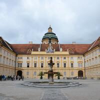 Бенедектинский монастырь в Мельке был основан в XI веке. Монастырь располагает уникальной библиотекой, в которой хранятся рукописи XII века. Как и многие другие монастыри, монастырь в Мельке переживал и периоды расцвета и периоды упадка. В 1701 году было принято решение о перестройке всего монастыря в стиле барокко. Строительство велось до 1736 года, а уже в 1738 году в монастыре опять приключился пожар. В том виде, в котором монастырь можно видеть сегодня, он был открыт в 1738 году. Внутренний двор монастыря.