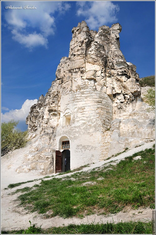 В этом месте много рукотворных пещер, которые создали монахи-отшельники... , Мой взгляд на Дивногорье (Россия)