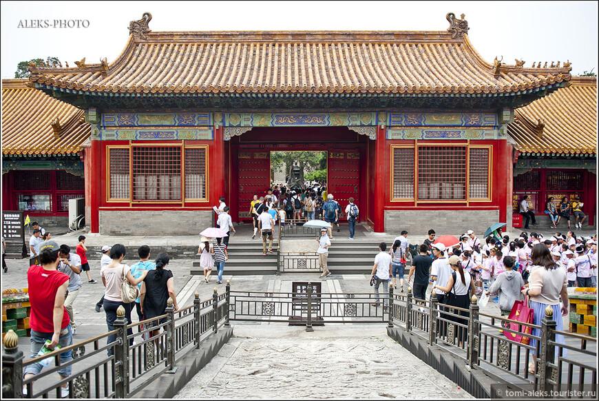 Из павильона в павильон ведут сквозные ворота. Таким образом, вы постепенно перемещаетесь по Гугуну...