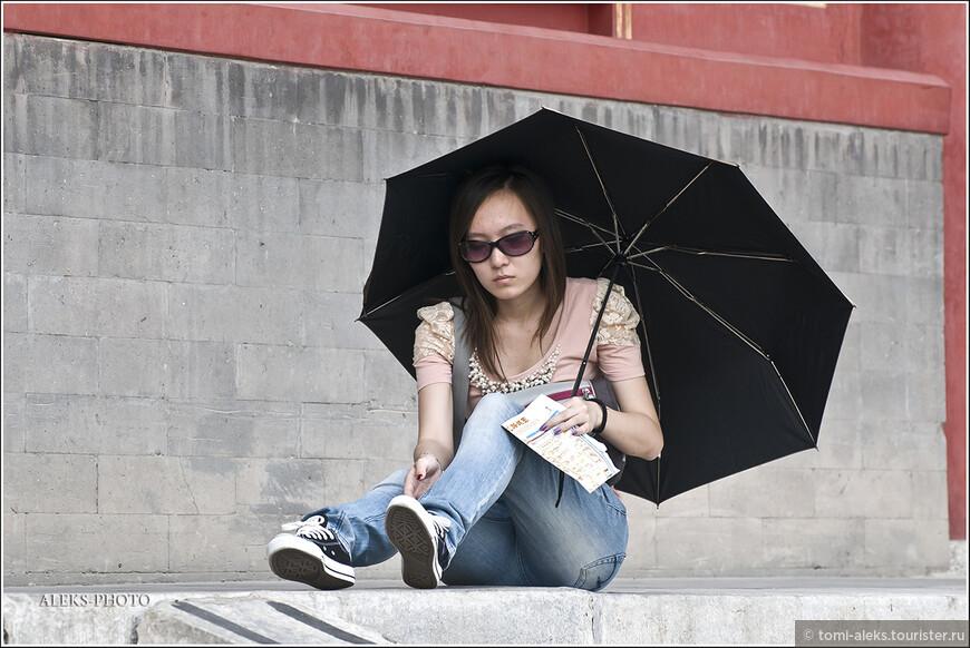 Даже в, казалось бы, пасмурные дни китаянки ходят с зонтиками...