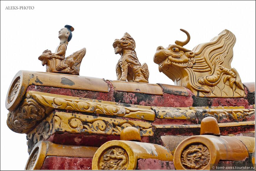 Фигурки божков в виде животных венчают почти все крыши Пекинских дворцов...