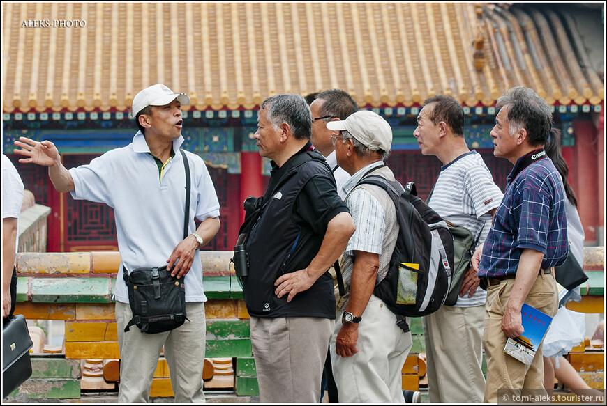 Интересно наблюдать, как китайский гид рассказывает землякам о дворце...