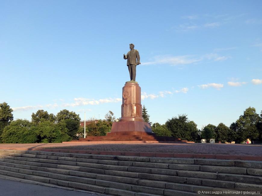 Памятник Калинину встречает путешественника около Южного вокзала.