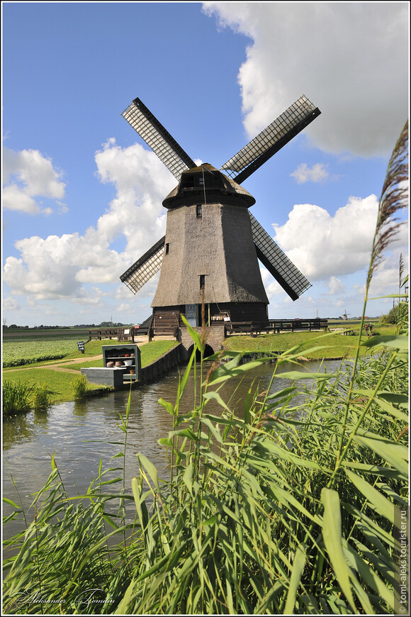 Каналы - судя по всему искусственно вырытые - непременный атрибут Голландии...