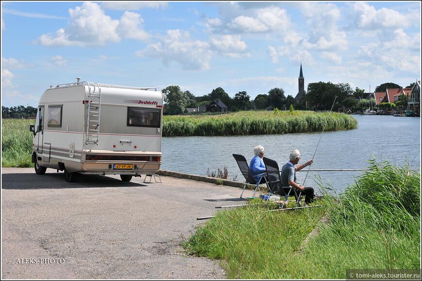 Вот, кстати, так проводят время голландские старички. Фургон со всеми удобствами на колесах. И рыбалка в свое удовольствие...