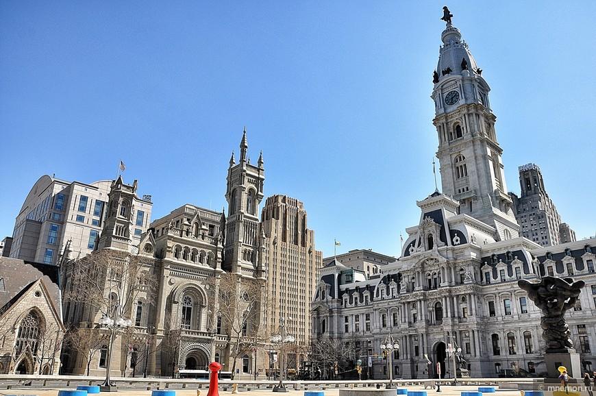 Справа City Hall (мэрия).