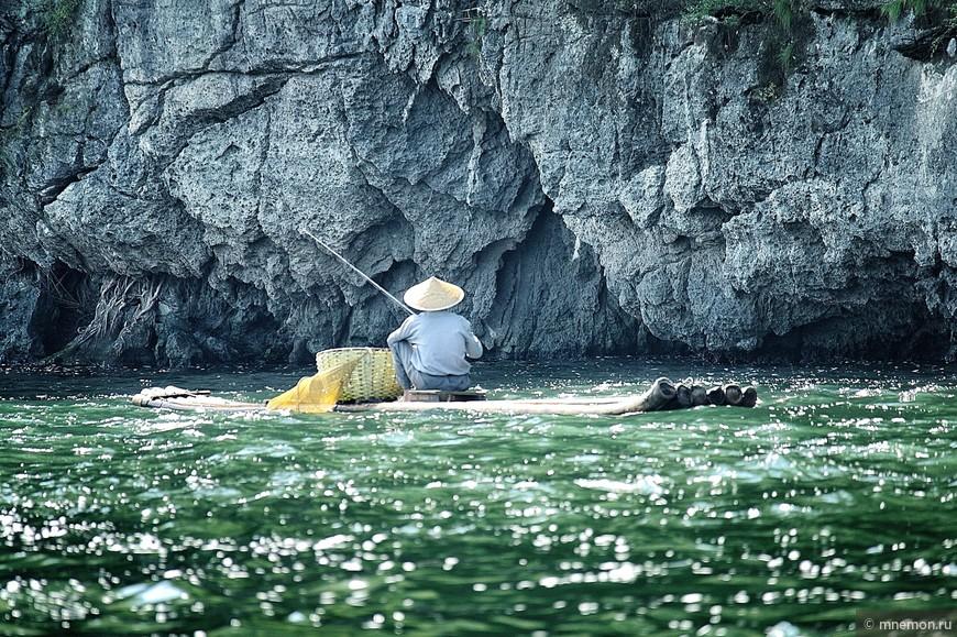 Рыбак у скалы
