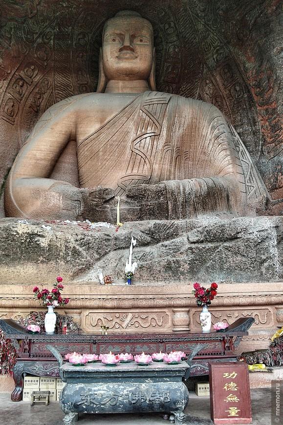 Одна из статуй Будды по пути к Большому Будде