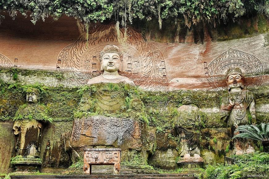 Каменные изваяния в парке по пути к большому Будде
