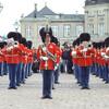 Во время праздников королевские гвардейцы наряжаются в красные мундиры 💂♂️💂♂️💂♂️