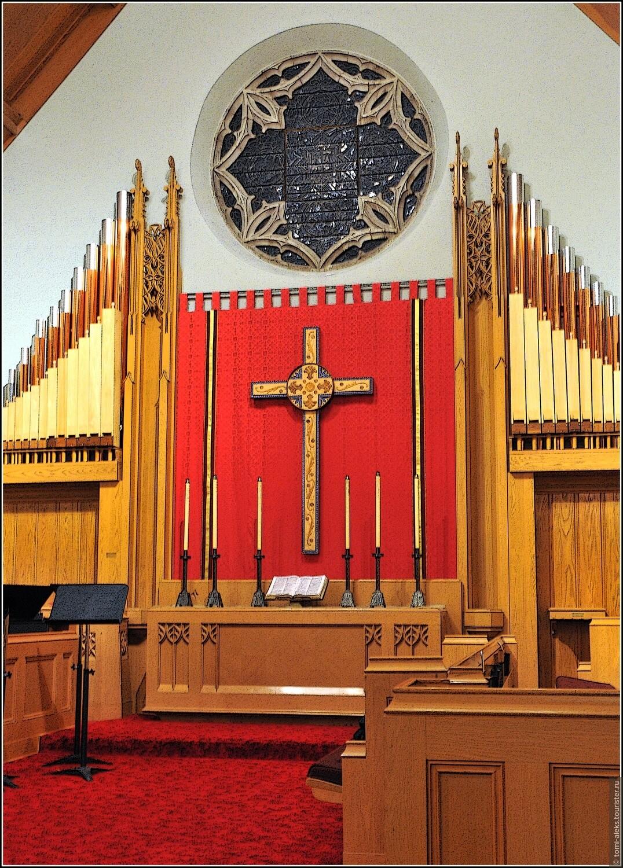 А вот алтарь и орган. У протестантов вы не встретите икон, как в православных церквях и скульптур, как в католических храмах. Убранство большинства методистских церквей — скромное. Хотя есть исключения, если здания старинные. Здесь мы видим крест, стилизованные подсвечники и раскрытую Библию. Справа — трибуна для пастора, — почти, как в университетских аудиториях. Обычно здесь же располагается хор, который может петь, как стоя, так и сидя по обе стороны от прохода, — тогда его почти не видно. , У Лягушачьего пруда (США, Бэртонсвилл)