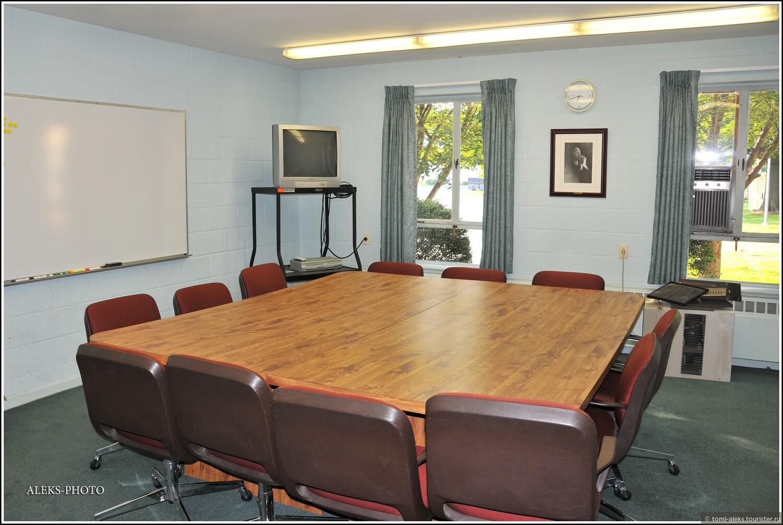 Типичная комната для занятий. Здесь обычно изучают Библию..., У Лягушачьего пруда (США, Бэртонсвилл)