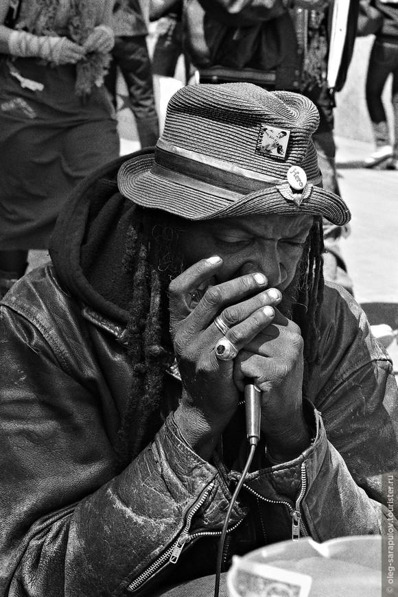 Уличный певец, ветеран.
