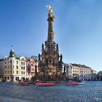 Площадь окружена умопомрачительной «коллекцией» исторических фасадов и содержит два из шести барочных фонтанов Оломоуца.