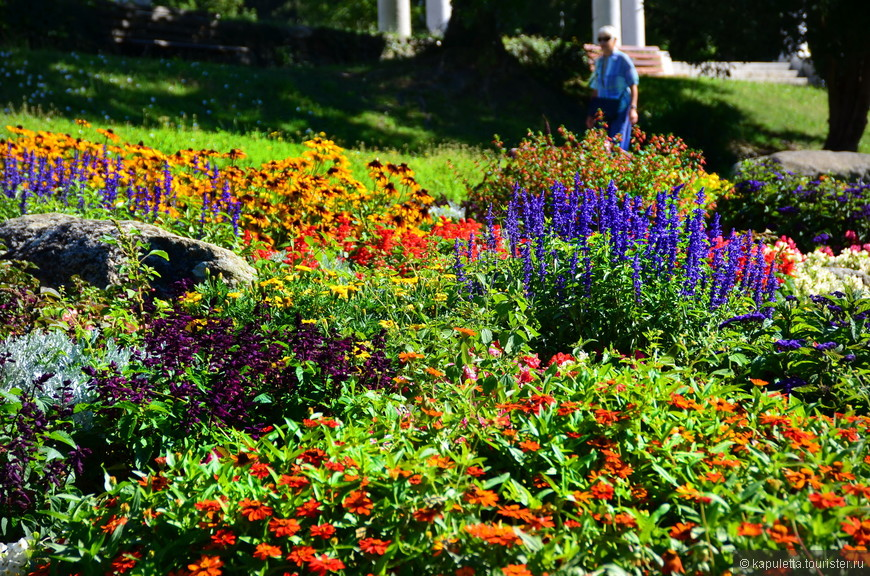 У храма очень много цветов и молодых художников...
