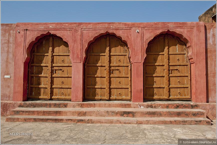 Здания форта Джайгарх - намного строже, чем в форте Амбер. Ведь предназначение этой крепости - защищать Амбер с тыла...