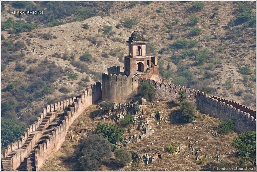 Стена и башни расположены по всем вершинам холмов вокруг Амбера...