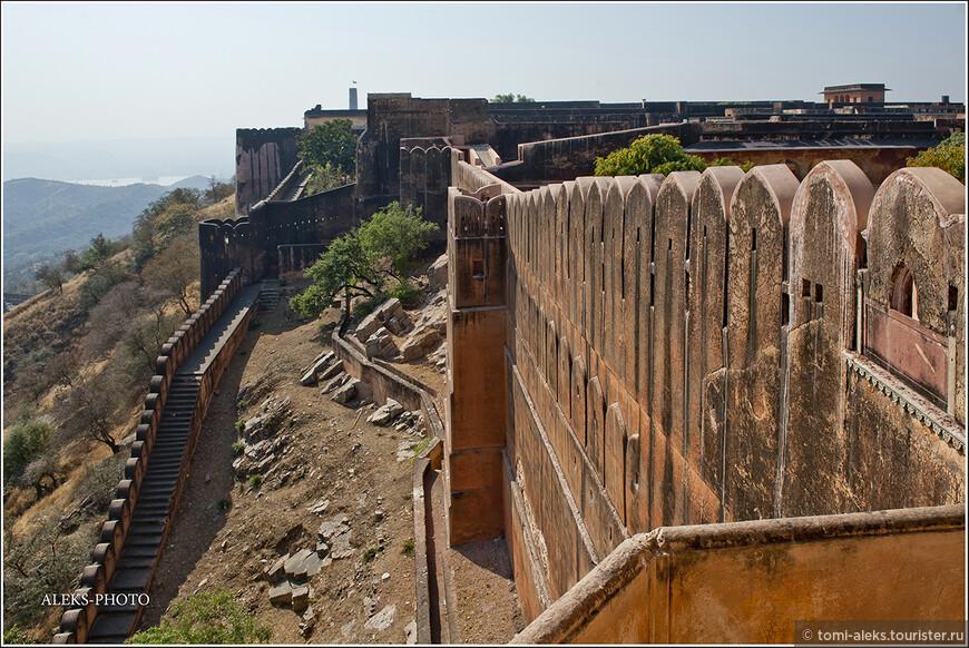 Мощные стены форта - серьезное препятствие для противников...