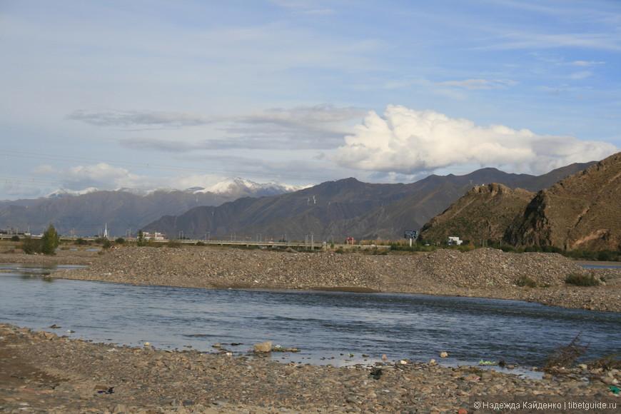 река Лхаса - одно из моих любимых мест в городе, вечером особенно приятно, только хочется пособирать мусор...