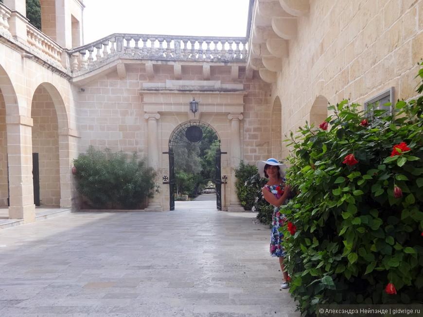 Дворец закрыт для посещения, также закрыта приватная часть садов, но по внутреннему дворику погулять можно.