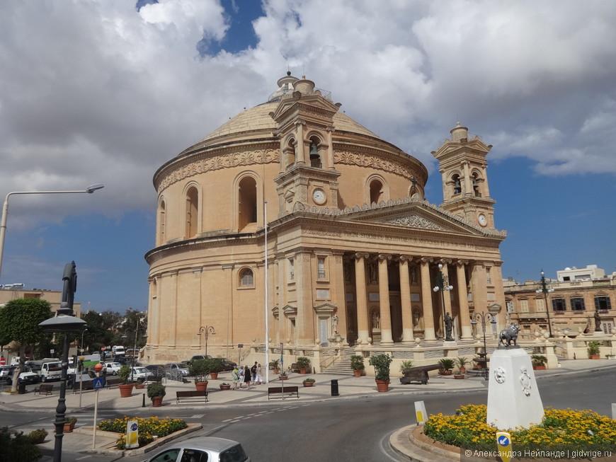 Ротонда Успения Девы Марии, купол - 37 м в диаметре - является третьим по величине в Европе и девятым в мире. Собор знаменит тем, что во время Второй мировой войны во время мессы, пробив купол, в Собор попала бомба, но не взорвалась. Летчик как-то на Мальту приезжал и просил прощения у местных жителей.