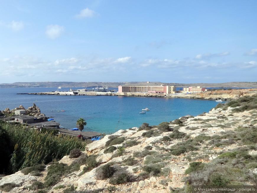 "Вид на отель ""Парадиз-бей"", острова Гоцо и Комино."