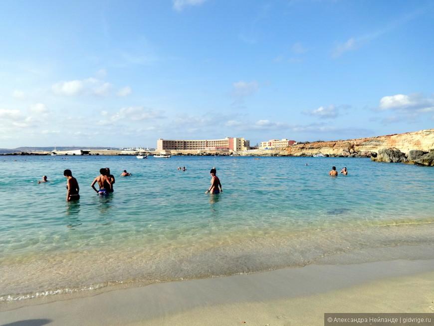 """Знаменитый пляж """"Paradise bay"""". Маленький и уютный. Температура воздуха +28, воды - +26. Подавляющее большинство туристов отеля """"Paradise bay"""" до знаменитого пляжа не добираются, предпочитая лежать около бассейнов (их в отеле 4)."""