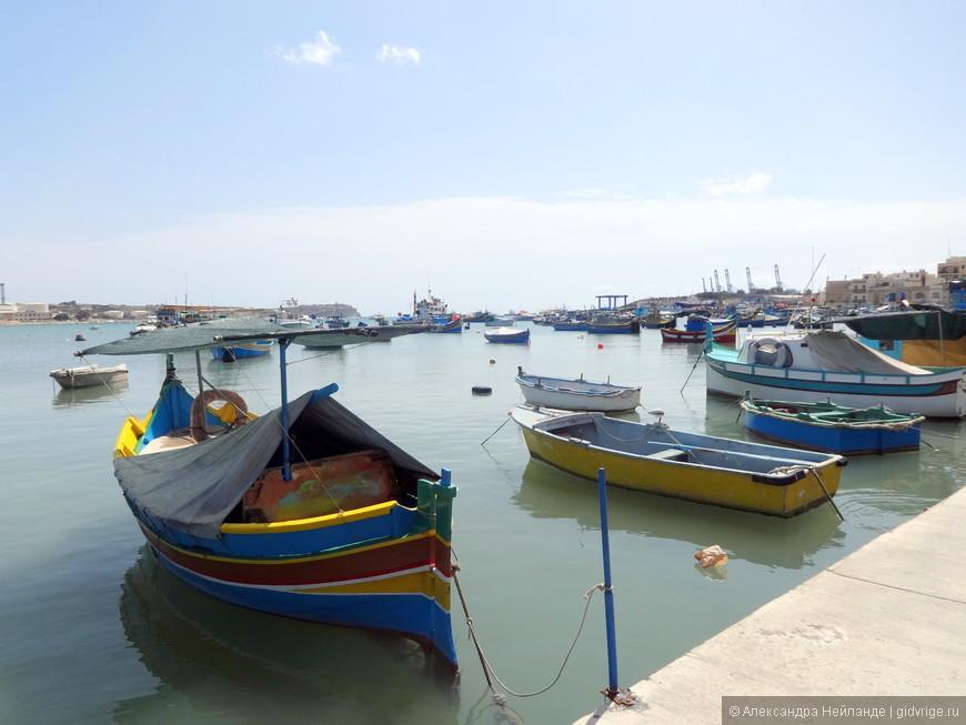 Красочные рыбацкие лодки luzzu с глазами Осириса - визитная карточка деревни Марсашлок.
