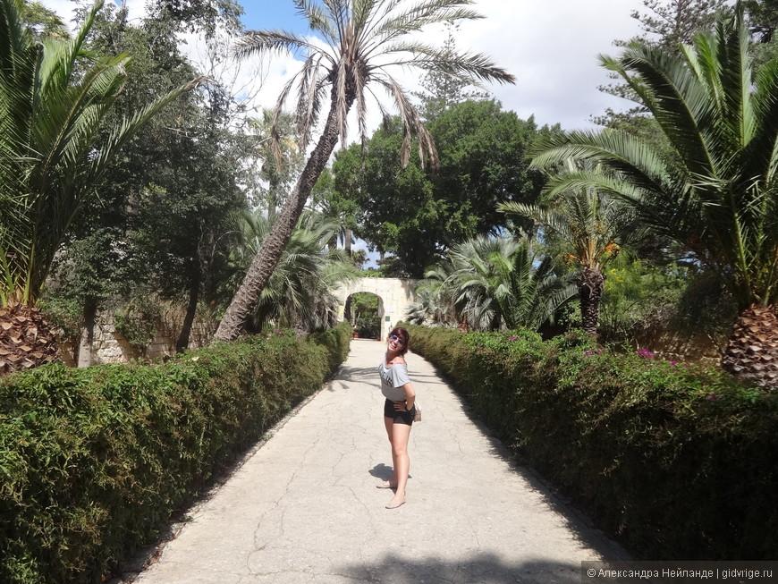 Устав от моря и каменистого пейзажа, мы с радостью вышли погулять в садах Святого Антония (они же Президентские сады).
