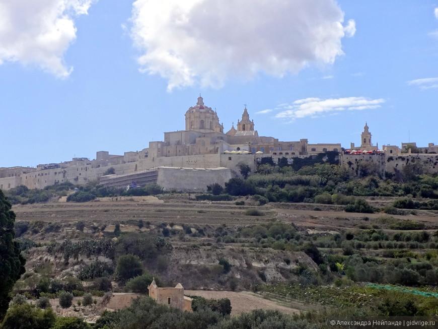 Панорама Мдины - старой крепости-столицы острова. Рыцари решили построить новую столицу на берегу моря. Так Медина стала городом тишины.