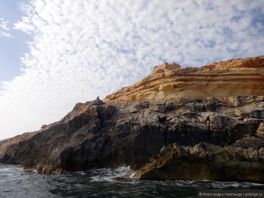 Необыкновенные скалы, башня-крепость и одинокая фигура на скале. Я на утесе человека разглядела только в Риге, рассматривая фотки!