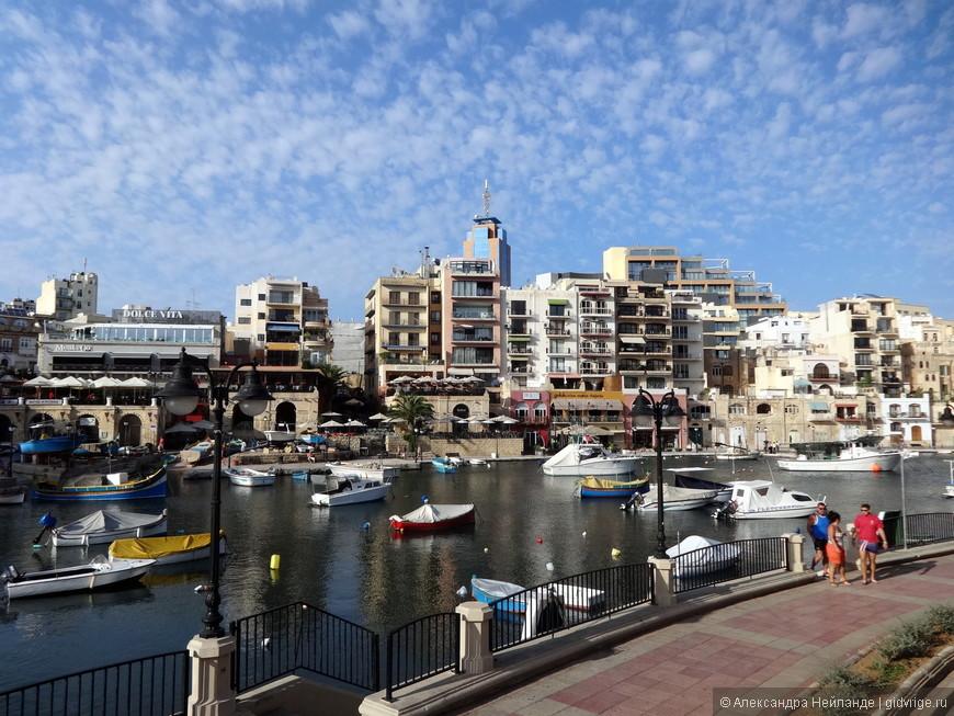 Утро, курортная набережная Сент-Джулианс. Небоскреб Портомазо Тауэр (на заднем плане) - самое высокое здание на Мальте.