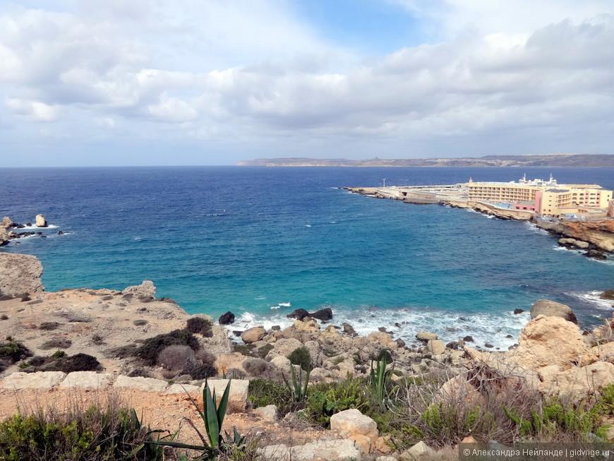 От отеля до пляжа 15 минут пешком. Можно идти по дороге, а можно по обрывистому берегу. Камни Мальты напоминают ступеньки - идти довольно удобно.