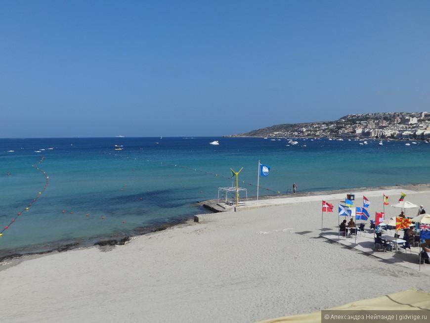 Меллиеха. Город на холме и самая длинная песчаная полоса на Мальте внизу.
