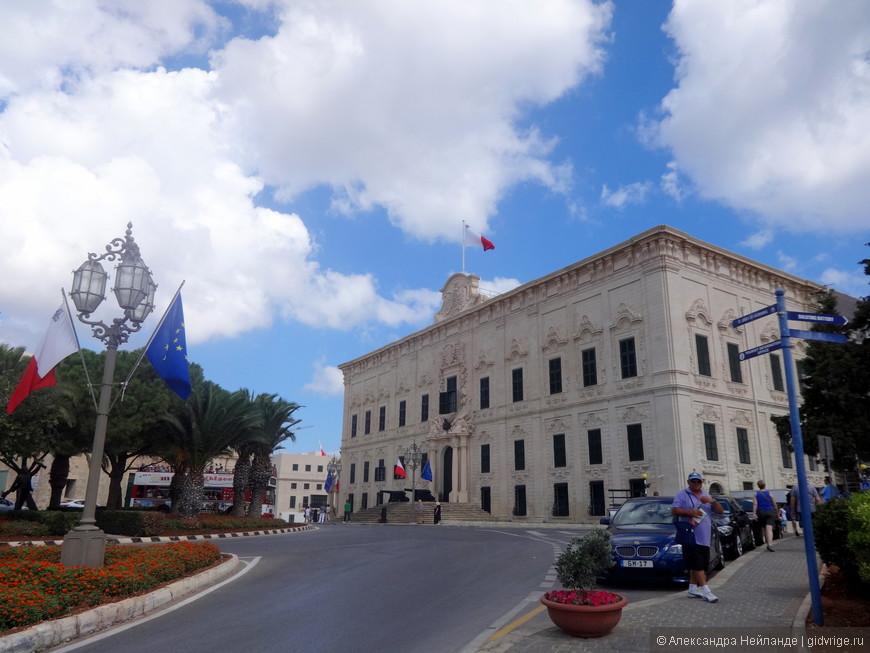 Оберж Кастилии, Леона и Португалии - самое большое и красивое здание из всех рыцарских резиденций.  Сегодня - резиденция премьер-министра.