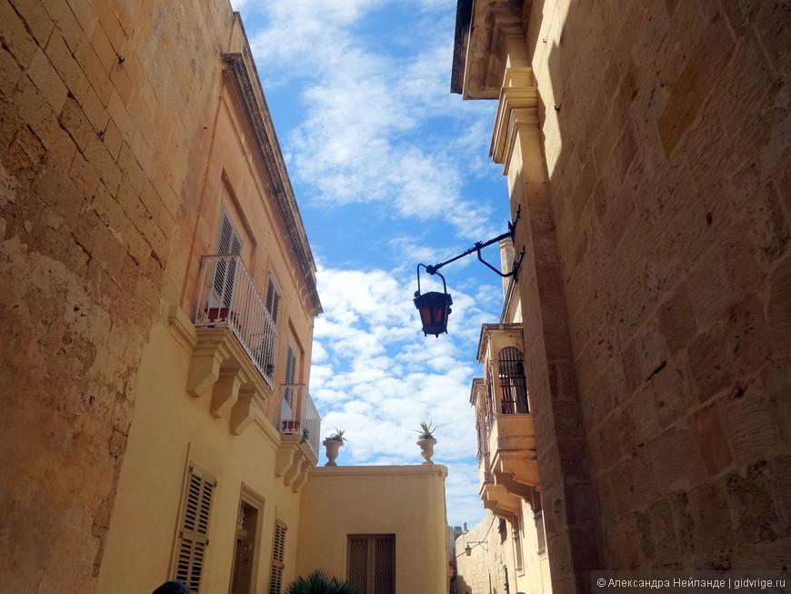 Фонари - неизменные спутники старинных городов.